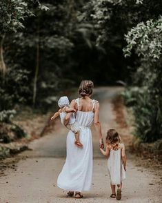 Mama and babes nature photo! Love this for family photos Family Goals, Family Love, Young Family, Baby Family, Children Photography, Family Photography, Photography Ideas, Photography Business, Family Portraits