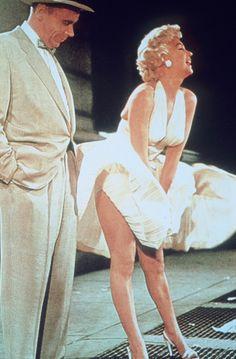Como olvidar su 1000 veces imitado contoneo sobre un respiradero del metro de Nueva York con su falda volando por los aires en la película 'La tentación vive arriba' junto a Billy Wilder.