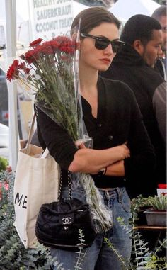 """mood: phoebe tonkin carrying flowers while looking depressed and annoyed"" Look Fashion, Womens Fashion, High Fashion, Fashion Tips, Jeanne Damas, Poppy Delevingne, French Chic, Carrie Bradshaw, Parisian Style"