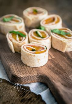 5 x wrap hapjes - The answer is food Wrap hapjes met perzik, serranoham en basilicum. Falafel Wrap, Tapas, Grilling Recipes, Cooking Recipes, Lunch Wraps, Brunch, Mini Sandwiches, Cheesecake Factory Recipes, Appetisers