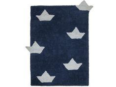 Tapis chambre enfant bleu marine bateaux blancs 100% coton, lavable en machine. Dimensions : 120x160cm. Marque : Lorena Canals.