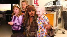 Johnny Depp vestito da pirata lascia il set e fa visita a un ospedale pediatrico