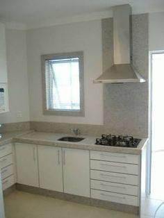 Bancada cor Branco Itaúna, frontão 20cm e 1m atrás do fogão.