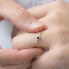 La Petite Bague ronde de diamant noir est pour le quotidien, n'avez pas à vous soucier de correspondance type de bague. Nous avons voulu quelque chose qui est sobre mais beau à sa manière qui est confortable à porter tout le temps. Le véritable 0,12 ct rond diamant noir est lunette sertie