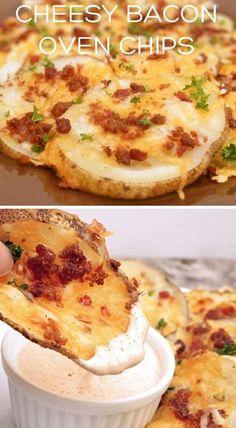 """Einfach eine große Kartoffel in Scheiben schneiden und für 5 Minuten in gesalzenem Wasser kochen. Anschließend die Kartoffeln mit Küchenpapier trocken tupfen und mit Salz und Pfeffer würzen. Danach werden die Kartoffelscheiben mit Cheddar/Pizzakäse und Baconwürfel belegt und kommen für 12-14 Minuten bei 190 Grad in den Ofen, bis der Käse Goldbraun ist. Das Backpapier vorher am besten mit Olivenöl beträufeln. Mit einem leckerem Dip anrichten und fertig sind die """"Cheesy Bacon Oven Chips"""" ♥"""