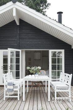 Dette charmerende Nova hus Nova designlinjen tilbyder utallige forskellige udtryk og indretninger, fra det romantiske sorte længehus med småsprossede, hvide vinduer, til det mere moderne vinkelhus med flot glasparti og overdækning i gavlen. De hyggelige, sprossede vinduer tilføjer et smukt romantisk sommerhuslook. #KlassiskSommerhus #Romantisksommerhus #indretningsommerhus #Sommerhus #Træhus #BygSelvSommerhus #TræhuseSelvbyg #SommerhusByggefirma #BygSommerhus #NytSommerhus #NytTræhus… Eckhaus, Pub Sheds, Pintura Exterior, Cedar Homes, Siding Colors, Wooden House, Home Fashion, Coastal Living, House Painting