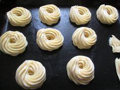 Simbolo della festa del papà,sono sicuramente le zeppole di S.Giuseppe,soffici dolci a forma di ciambella,farcite con crema pasticcera e decorate co