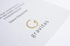 detail ražby zlatou fóliou | darčekový preukaz Gravitas | digitálna tlač na papier Colorplan Pristine White + ražba zlatou fóliou ⠀ grafika: @dvelamy | tlač: @vach.print | papier: @colorplan_papers @spaper.cz