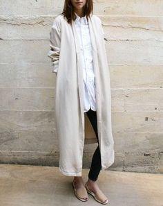 ロングカーディガンをさらりと羽織ったナチュラルスタイル。縦長のラインで着やせ効果も。
