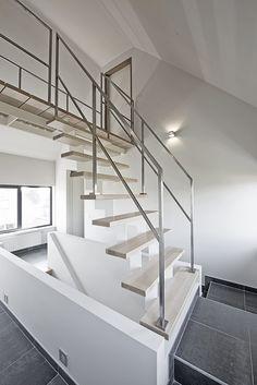 Escalier ouvert en bois avec métal et rampe en inox Stairs, Home Decor, Ideas, Staircases, Open Staircase, Banisters, Home Decoration, Woodwind Instrument, Cupboard