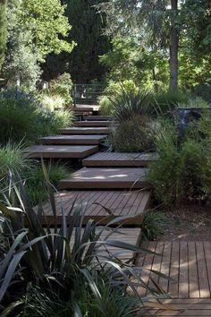 escalier de jardin en dalles d'emmarchement en bois massif et plantes vertes