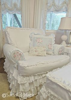 A quiet place~~this reminds me of how my aunt decorated my cousin's bedroom. So feminine and delicate, very calming. =)