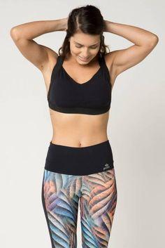 13defd16c1 Top fitness esportivo feminino em tecido preto com bojo fixo e alças em  elástico espelhado preto