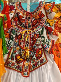 Inpiration #1! Mexico! Warm colors, beautiful people, amazing handycraft! Love these beautiful Chatino Blouses from Oaxaca!
