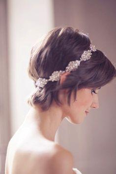 ビジューのカチュームで華やかに♡♡ ショートヘアで作るウェディングドレスに合う髪型一覧。ウェディングドレス・カラードレス・花嫁衣装の髪型まとめ。