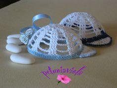 Bomboniera a forma di cappellino per bambino, ad uncinetto in 3D, realizzabile in vari colori. Diametro 7 cm. Si possono acquistare su Misshobby. com