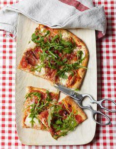 Recette Pizza « al taglio » : Coupez 500 g de mozzarella (2 grosses boules) en tranches de 1 cm et égouttez-les 20 mn environ dans plusieurs épaisseurs de p...