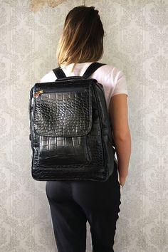 bf6a72444 Mochila Feminina de Couro Preta Croco para Notebook. Linda mochila de couro  Casual para Trabalho