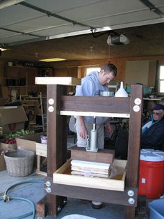 Homemade Cider Press - Home Brew Forums~awesome homemade press and breakdown of costs Cider Brewery, Home Brewery, Home Brewing Beer, Brewing Co, Scrumpy Cider, Apple Cider Press, Pear Cider, Homemade Apple Cider, Cider Making
