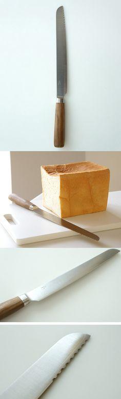 """【タダフサ 庖丁 パン切り(中川政七商店)】/新潟県三条市「庖丁工房タダフサ」のパン切り庖丁です。パン切り庖丁は、基本の3本のうちの一つ。最初に揃えて頂きたい庖丁です。こちらの庖丁の特徴は、なんといっても「波刃ではない」パン切り庖丁の""""切れ味""""です。パンの切り口がなめらかで、パンくずがほとんどでません。柔らかいパンはつぶさずにすんなり、皮が硬いパンも先端部の波刃できっかけをつくることですっと切れます。 デザインは、女性プロダクトデザイナーの柴田文江さんによるものです。細部まで行き届いたフォルムでありながら、毎日使うものなので主張し過ぎないシンプルなデザインです。グラフィックデザイナー廣村正彰さんによるロゴマークもさり気ないポイントに。 また、庖丁のハンドルはタダフサの特許技術から生まれた抗菌炭化木を使用しています。菌が繁殖できない状態でありながら、半炭化状態のため木材そのものが持つ質感も残っています。 #breadknife #tadafusa #products"""