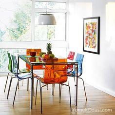 Cam Masalar Ve Renkli Sandalyeler Evinde cıvıl cıvıl renkler isteyenlere, yeni alternatifler sunan dekorasyon fikirleriyle beraberiz.Gökkuşağını evinize getiriyor ve eğlenceli bir tasarım,sunuyoruz sizlere. Renkli sandalyeler,cam yemek masası,beyaz avize ve renkli tablodan oluşan eğlenceli bir tasarım.Yemek masasında,sıra ... http://www.yemekodasi.com/cam-masalar-ve-renkli-sandalyeler/