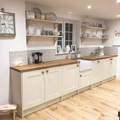 10 Layouts Perfect for Your Small Kitchen – Farmhouse kitchen Home Decor Kitchen, Interior Design Kitchen, New Kitchen, Home Kitchens, Kitchen Ideas, Kitchen Layouts, Farmhouse Kitchens, Kitchen White, Open Cabinet Kitchen