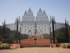 Ornate Iron Gates of Rashtrapati Bhavan, Presidential Palace Fence Art, Iron Gates, New Delhi, Old Buildings, Mother Nature, Palace, Entryway, Louvre, Awesome
