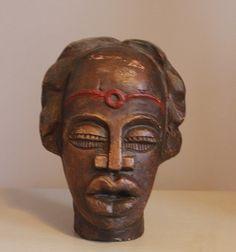 Sfeervol, mooi vormgegeven Zulu(?)-hoofd. Nog geen 25 cm hoog. In goede vintage staat, paar kleine plekjes op het voorhoofd. Prachtig ter decoratie in de vensterbank, op de kast etc. Prijs: 25 euro.