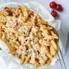 Bagt pasta smager virkelig godt, og er dejligt nemt at lave. Denne ret med bagt pasta er med kylling og bacon, og passer derfor til både store som små.