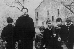 Don Milani coi i suoi allievi a Barbiana