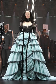 Gucci Fall 2020 Milan Fashion Week Show: Alessandro Michele Heros Those Behind The Scenes Gucci Fashion, Skirt Fashion, Couture Fashion, Runway Fashion, Fashion Brands, High Fashion, Fashion Show, Fashion Design, Milan Fashion
