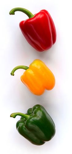 Gardening tips -When planting tomatoes do these things :: Add gelatin in the hole you are putting your plants in Plant Marigolds with tomatoes to keep pests away Bell Peppers are so delicious and so good for you. Low Carb Veggies, Healthy Vegetables, Fruits And Vegetables, Mexican Stuffed Peppers, Stuffed Green Peppers, Red Peppers, Bell Pepper Colors, Photo Fruit, Pepper Pasta