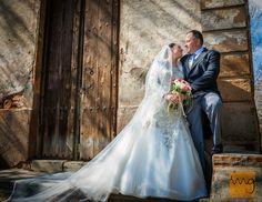 Fotógrafo de bodas, fotos de exterior en una pared vieja