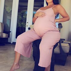 Pink casual maternity jumpsuit for everyday wear. Maternity Jumpsuit, Casual Maternity Outfits, Stylish Maternity, Mom Outfits, Maternity Wear, Maternity Looks, Cute Pregnancy Outfits, Maternity Dresses Summer, Summer Maternity Fashion