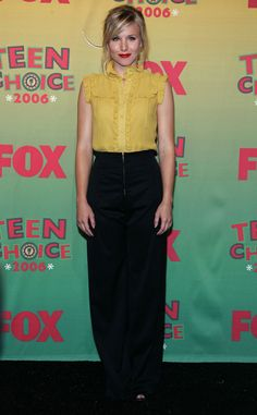 Bell looked phenomenal at the Annual Teen Choice Awards in 2006 wearing a ruffled yellow top with chic high-waisted trousers. Golden Globes After Party, Teen Beauty, Fashion Idol, Star Party, Kristen Bell, Teen Choice Awards, Yellow Top, Black And White, Chic