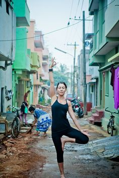 THIS WOMAN IS LITERALLY DOING YOGA IN THE SLUMS AHAHAHAHAHAHAHAHAHAHAHAHAHA