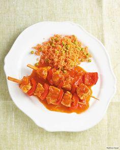 Spieße in Tomatensauce, dazu bunter Couscous. Macht Spaß und schmeckt!