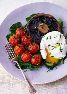 Egg with Spinach, Portabello Mushroom and Vine Tomatoes. Egg protein kee Poached Egg with Spinach, Portabello Mushroom and Vine Tomatoes. -Poached Egg with Spinach, Portabello Mushroom and Vine Tomatoes. Breakfast And Brunch, Low Carb Breakfast, 5 2 Diet Recipes Breakfast, Healthy English Breakfast, Breakfast Ideas With Eggs, Breakfast Salad, Mexican Breakfast, Breakfast Sandwiches, Breakfast Pizza