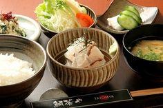 【鲷茶屋】的茶渍饭 鲷茶屋是福冈第一间以日本传统美食-茶渍饭为主的专门店。它们主要所用材料是鲷鱼,毎日从渔市场新鲜直送,所以能食出鱼的鲜味。 地址:福冈市中央区赤坂1-6-23-1