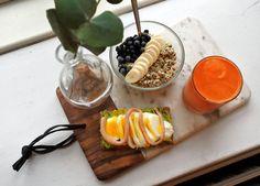 Kall havre/chia-gröt med banan och blåbär, kallpressad juice med morot, citron, äpple och ingefära.
