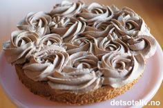Dette er en veldig populær kake som opprinnelig kommer fra Kristiansand. Nydelig mandelbunn, som lages helt uten hvetemel, dekkes med luftig kaffe- og sjokoladekrem. En absolutt favoritt i alle selskaper! My Favorite Food, Favorite Recipes, My Favorite Things, Norwegian Food, Let Them Eat Cake, Granola, Food And Drink, Cooking Recipes, Baking