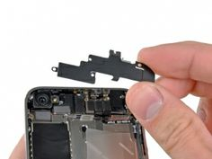 Stap 14. Verwijder de Wi-Fi antenne van de iPhone. Zorg ervoor dat u de metalen clips aan de bovenkant van de cover niet verliest waar de 4,8 mm schroef is gehecht, of de 4,8 mm schroef. Dat is de voornaamste reden voor slechte Wi-Fi prestaties na de montage.