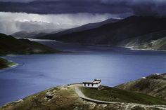 Finding the Sublime - Yamdrok Tso Lake, Lhasa, Tibet - By Steve McCurry Steve Mccurry, Tibet, Places To Travel, Places To See, Timor Oriental, Fotojournalismus, World Press Photo, Photographer Portfolio, Magnum Photos