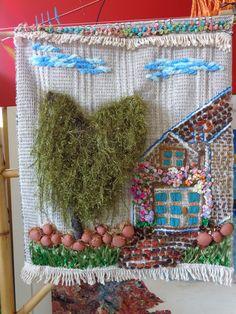 Painel em tapeçaria de algodão, com bordados diversos, lãs, linhas, fita de cetim, casarão e arvore em 3D saliente, pedras e miçangas.