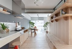 Cocina lineal de abedul. Fujigaoka M House • Lineal kitchen in mini loft for a couple in Japan, by Sinato architects, photo ©Toshiyuki Yano