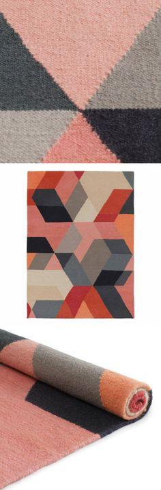 Bedecken Sie Ihren Boden in nordischem Design. Unser handgearbeiteter Teppich Kumily bringt klare, frische Farben, ein durchdachtes Muster und eine unkomplizierte Oberflächenstruktur auf seinen neuen Platz. Kumily ist wendbar und passt gut zu grauen Tönen oder einem Holzuntergrund.