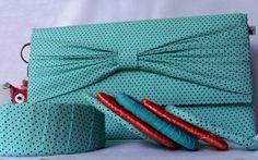 Bolsa estilo box, produzida em cartonagem artesanalmente. Fecho tipo botão com imã.