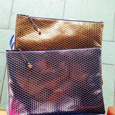 NASSAE 의 첫번째 클러치 두근두근 애나멜 패브릭 위에 메탈을 입혔어요 매탈이 그크레치 나면서 애나멜의 색상이 보이면서 엔탁한 느낌을 살릴수 있는 스낵 클러치 !! 두가지 컬러  체인으로 시크함을 살렸어요 46,000₩ 46$  카카오로 문의 주세요  KAKAO/ mynassae 크기 21cm/29cm