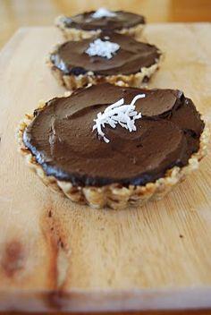 Vegan Avocado & Chocolate Tart shared by lassens.com | lassensloves.com
