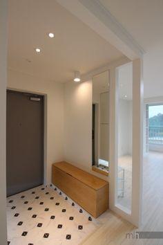 목동 아파트 인테리어, 목동삼성래미안2차 미니멀하우스,목동인테리어,강서구인테리어,목동아파트인테리어,... Apartment Entrance, House Entrance, Apartment Interior, Room Interior, Interior Design, Minimal Apartment, Foyer Design, Bedroom Desk, Small World